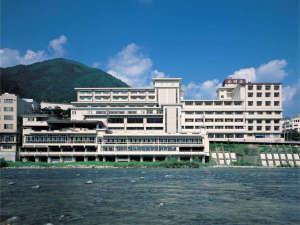 ~外観~すぐ側には、飛騨川が。名古屋から1時間30分の位置と好アクセス。