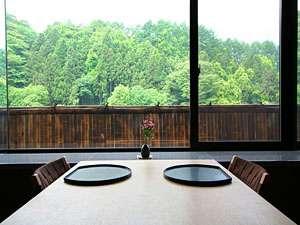 守り伝えし湯のこころ 伊香保温泉 福一:個室のお食事処「旬楽」の窓側の心地よいテーブル席。