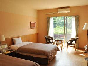 西表島ジャングルホテルパイヌマヤ:*スタンダードルーム客室一例/窓の外にはジャングルの眺め!シンプルで快適にお過ごし頂ける造り。