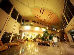 西表島ジャングルホテルパイヌマヤ:*ロビー/天井が高く解放感いっぱいのロビー。日本でもここだけのホテルへようこそ!