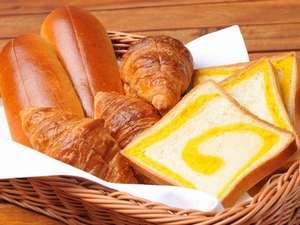 ホテルマウントレースイ:*好評のホテル特製の焼き立てパンや、卵や野菜など夕張近郊の食材をメインとした朝食バイキング!