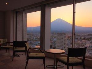 本館最上階の展望室からは、様々な表情を見せる富士山をご覧いただけます