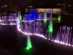 LEDに彩られた噴水ショーをご覧いただきながらのディナーは、非日常を演出いたします