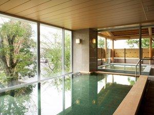 地下1,500mから採掘する天然温泉。露天風呂、サウナ、ジャグジーを完備し、体の芯から温まります。