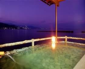 磯料理・海辺の湯の宿平鶴(ひらつる):夕焼けの幻想的な「海に浮かぶ露天風呂」日常を忘れる一瞬です。