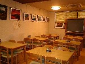 富士ビジネス旅館 美波:富士山の写真いっぱいの食堂