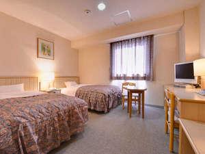 ホテルニューグリーン:*ツイン(客室一例)/清潔にしつらえられたベッドルームで安眠の夜をお過ごし下さい。