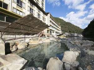 山水館 川湯みどりや:川のすぐ横に露天風呂がございます。