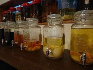 湯元屋旅館:常時6~7種類の自家製果実酒をご用意しております。