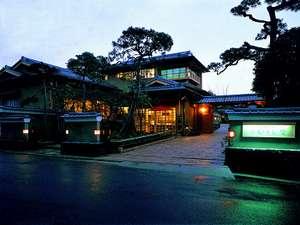 正門からの眺め、当館の夕景です。