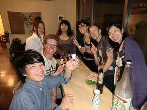 泉ゲストハウス:酒を酌み交わせばすぐ友達。。は、万国共通ですねー