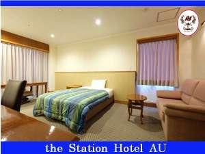 ステーションホテルAU:シングルルーム。ダブルベッド(1400幅)×1台入。部屋は広々20畳(33㎡)。