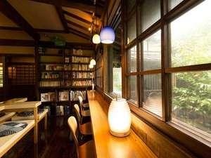 【図書室】本やDVDも揃えております。DVDはお部屋で鑑賞できる様に大きめのテレビを設置しています
