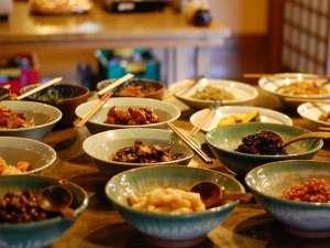 【朝食】和のお惣菜をバイキング形式で。もちろん全品、料理長と女将の手作りです/例