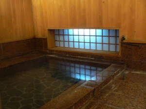 温泉ビジネスホテル アゼリア:女湯です、木の香りと湯船に入る小窓からの光がとてもいいです。