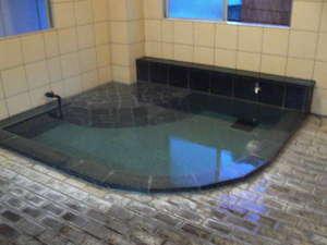 温泉ビジネスホテル アゼリア:男湯です。座りながら足湯も楽しめます、源泉かけ流しの温泉です。