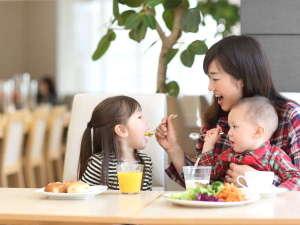 幼児のお子様は、朝食料金無料。ベビーチェアやブラスティックのお皿をご用意しております。