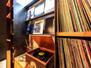 神戸元町東急REIホテル:神戸は日本のジャズ発祥の地。ロビーでご自由に名盤LPをお聴きいただけます。