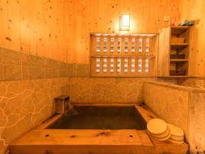 清流とほたるの宿 高尾荘:【ひのき風呂(家族湯)】温かみのある檜をふんだんに使った内湯(貸切可)