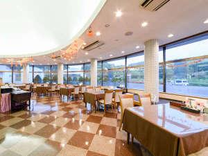 剣淵温泉レークサイド桜岡 :*レストラン/広々と開放的な空間で、お食事をお楽しみ下さい。