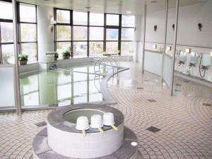 剣淵温泉レークサイド桜岡 :*風呂/季節の自然の表情を、ゆったりお湯につかりながらお楽しみいただける剣淵温泉。