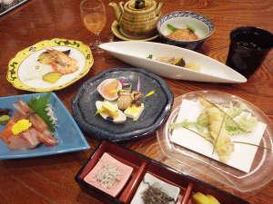 剣淵温泉レークサイド桜岡 :*【夕食全体例】素材にこだわって、一品一品心を込めて、仕上げました。