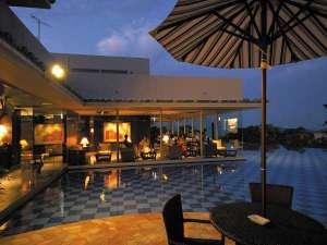 オリエンタルヒルズ沖縄:闇夜の幻想の中に輝くように浮かび上がっているレストランからの夜景は絶景です