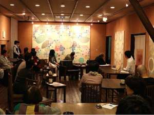 【アートを語る会】毎月18日は作家を交えたトークが夕食後に行われます。