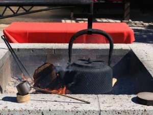 大谷石で出来た囲炉裏では南部鉄瓶がいつでも湯気をたてております。自由にお茶をお飲みいただけます。