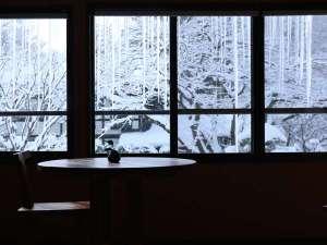 板室温泉 大黒屋:【松の館】 シングルルーム 窓から幻想的な銀世界が
