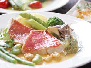 金目鯛のエビソース季節の野菜を添えて。
