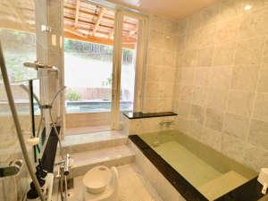 カントリーインギャレー:ゆったり広々、内湯つきの露天風呂。貸切でご利用いただきます。朝10時までいつでも空いてます!