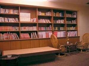 なごみのやど 旅館 富士屋:2階読書スペースでゆっくりと
