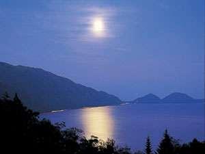 レイクサイドヴィラ翠明閣:支笏湖の夜空に浮かぶ月を見ながら極上の一時をお楽しみください