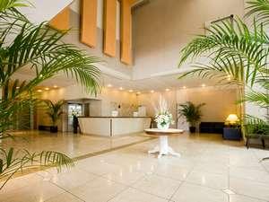 KKRホテル梅田(国家公務員共済組合連合会大阪宿泊所):ガラスの壁で自然光を取り入れた光溢れるエントランス。たくさんの観葉植物で温かくお出迎え♪