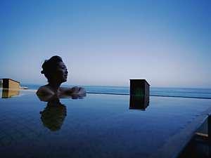 ホテルニューアワジ別亭 淡路夢泉景:青い空、青い海に溶け込むように浸かる天宮の雫。開放的な景色で身も心も安らぎのひと時を