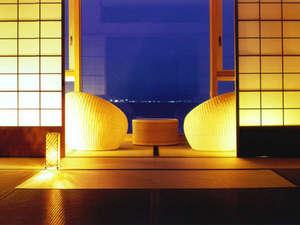 ホテルニューアワジ別亭 淡路夢泉景:【特別フロア・里楽】大きな一枚ガラスから紀淡海峡を一望。インテリアにもこだわった客室(和室一例)