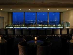 """ホテル青森:""""スカイバーモンターニュ""""素晴らしい夜のパノラマを眺めながらの楽しい充実のひとときを。"""