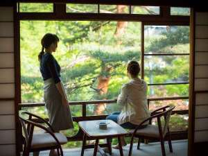 大沢温泉菊水舘 南部藩かやぶき 千二百年の湯めぐり:■【松の間3 二間】 初夏の広縁