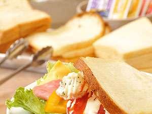 龍の湯:<朝食一例>地元の新鮮野菜が豊富!楽しくサンドイッチ作り。