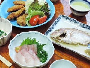 ビジネス旅館 森本:*【夕食一例】女将手作りのボリューム&栄養満点の家庭料理。