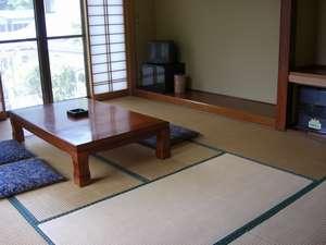 リゾートハウス鶏冠荘:和室10畳。窓からは新緑や紅葉が楽しめます!
