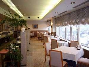 ホテルクラウンヒルズ武生(BBHホテルグループ):越前市街を一望できる9Fスカイレストラン(西側)