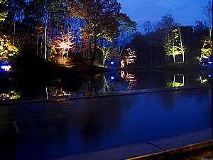 函館大沼プリンスホテル:■夜はライトアップされ、幻想的な雰囲気になる露天風呂。