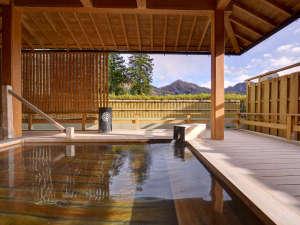 上牧温泉 ホテルニュー上牧:*露天風呂/檜の香りに心安らぐ露天風呂。景色を眺めながらゆっくりお入りください。