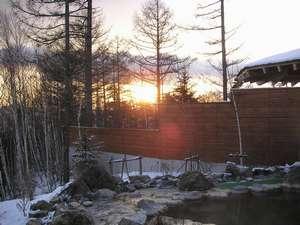 小海リエックスホテル:石の露天風呂から眺める冬の日の出