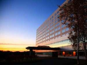 【ホテル外観】ホテルと朝焼け