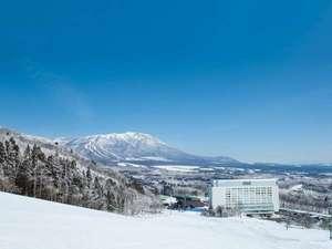 雫石プリンスホテル:【ホテル外観(冬)】雫石スキー場とホテルと岩手山