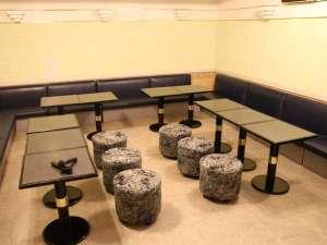 個室のカラオケルームが7つございます。当日フロントにてご予約くださいませ。