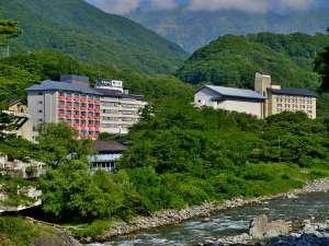 谷川岳を望み、水と緑に恵まれた利根川の源流に建つ、源泉湯の宿 松乃井
